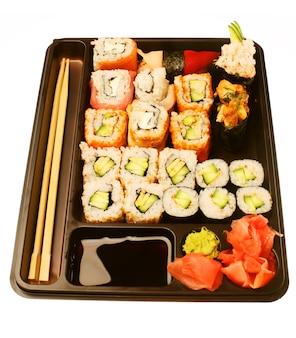 Sushi tradizionale giapponese. isolato su bianco.