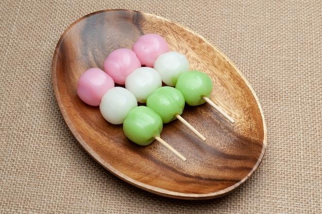 Dolce tradizionale giapponese chiamato dango mochi sul piatto di legno