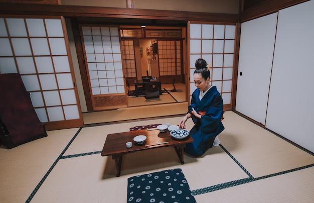 Momenti di lifestyle donna giapponese a casa