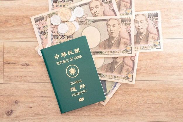 Banconote in yen giapponesi, monete in yen giapponesi e passaporti roc taiwan