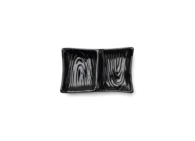 Piatto vuoto in ceramica giapponese quadrato per la salsa di immersione scuro isolato su sfondo bianco