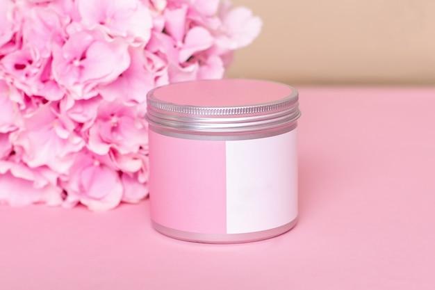 Vaso per maschera corpo e viso su sfondo rosa prodotto per la cura e il trattamento della pelle