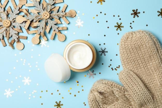 Vasetto di crema cosmetica e accessori natalizi isolati