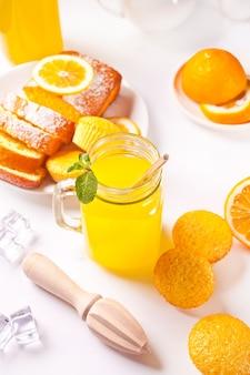 Barattolo di limonata fresca. fette di limone sullo sfondo.