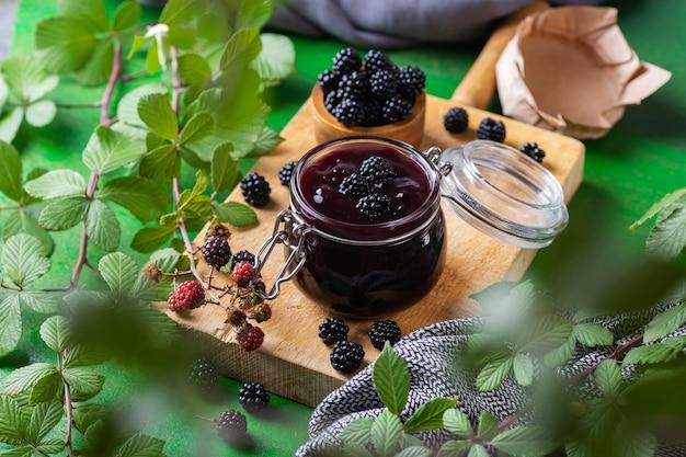 Vasetto di marmellata di more fatta in casa o confettura con frutti di bosco freschi. cucinare, conservare a casa