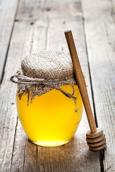 Vasetto di miele con mestolo di miele