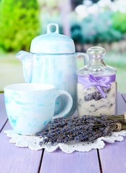Barattolo di zucchero lavanda e fiori di lavanda fresca