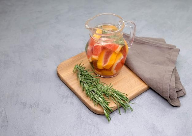 Barattolo di bevanda tradizionale rosso sangria spagnola. bevanda analcolica in una brocca.