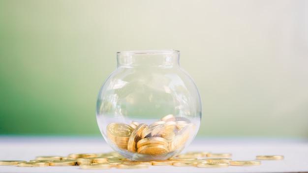 Vaso con monete. risparmio di denaro concetto