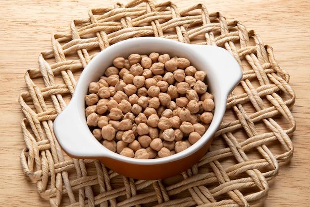 Vaso con grano - materia prima per la preparazione di piatti - ceci