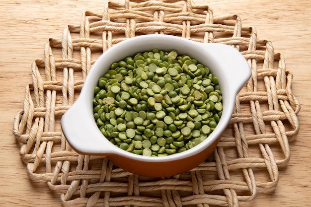 Vaso con grano - materia prima per la preparazione di piatti - lenticchie