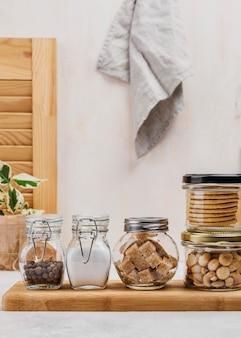 Vasetti pieni di ingredienti alimentari e stoffa
