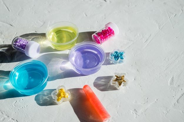 Barattoli di paillettes e perline. giocattoli per bambini, giochi. istruzione e tempo libero