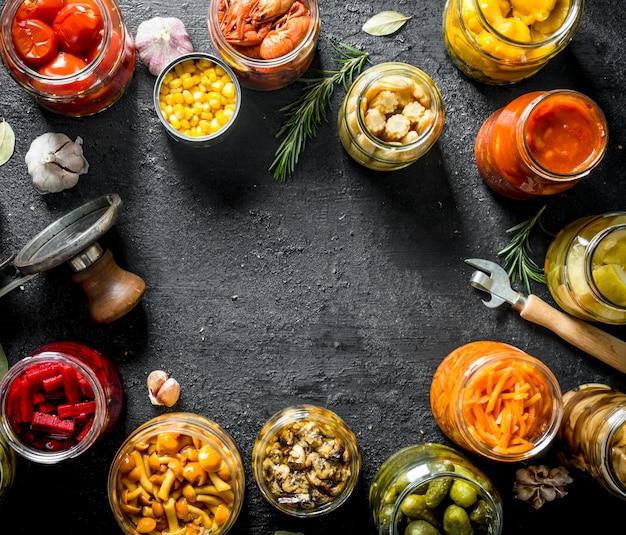Vasetti di varie conserve alimentari