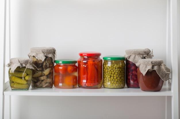 Vasetti con verdure marinate su bianco