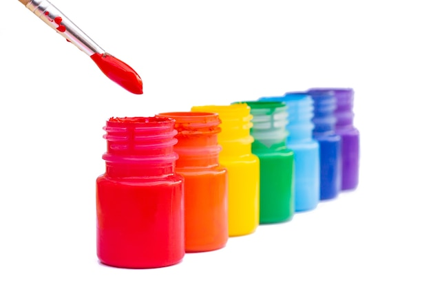 Barattoli con i colori dell'arcobaleno isolati su priorità bassa bianca.