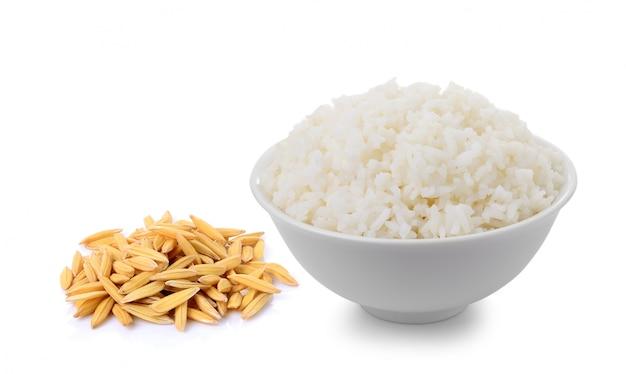 Riso e ciotola del gelsomino in pieno di riso isolato