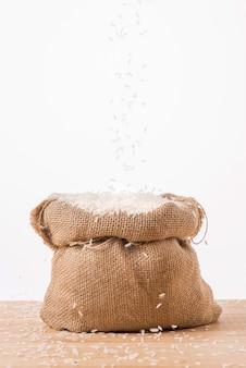 Riso bianco al gelsomino in sacco isolato su sfondo bianco