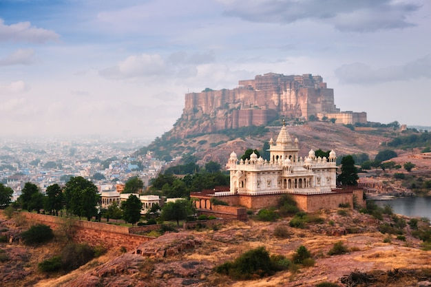 Mausoleo di jaswanth thada e forte di mehrangarh, jodhpur, rajasthan, india