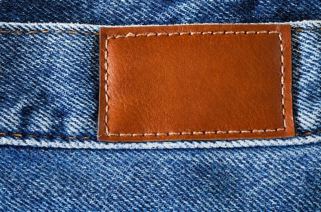 Jeans denim, taglia posteriore, toppa etichetta in pelle sulla cintura, vista macro ravvicinata