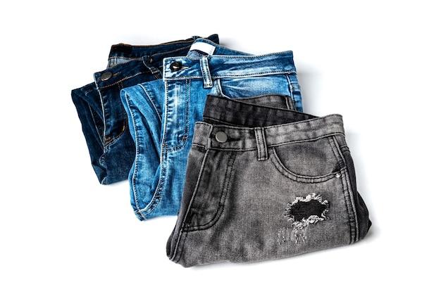 Jeans isolati su sfondo bianco.