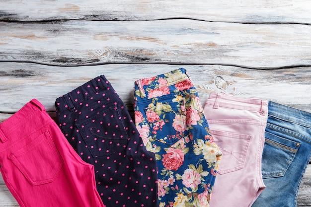 Jeans e pantaloni con stampa. pantaloni e jeans a fiori blu. molte opzioni nella selezione della merce. è ora di scegliere.