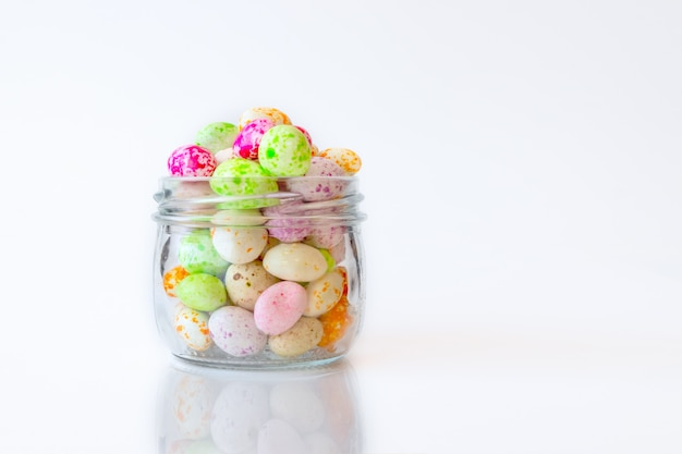 Jelly beans zucchero candito spuntino in un barattolo su sfondo bianco