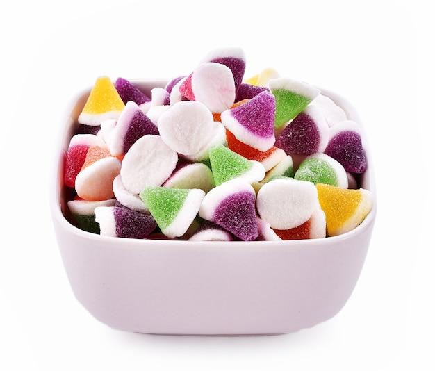 Caramella di gelatina di frutta in ciotola su sfondo bianco