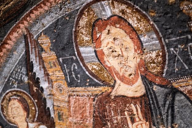 Gesù cristo dipinto con oli all'interno della chiesa rupestre in cappadocia, turchia