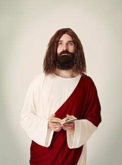 Gesù che predica dalla sacra bibbia