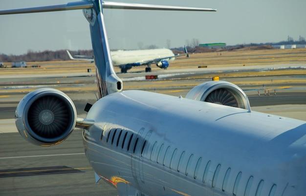 Motore a reazione contro un aereo di medie dimensioni all'aeroporto sul caricamento di aeromobili all'aeroporto internazionale