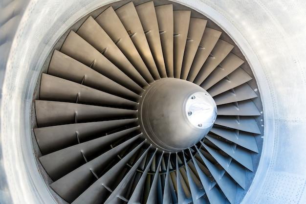 Primo piano delle pale del motore a reazione