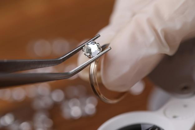 Il gioielliere installa un taglio sciolto di colore moissanite rotondo brillante