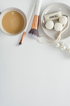 Gioielli per la sposa, dolci e caffè, su uno sfondo bianco. matrimoni concept, preparazione e mattinata della sposa.