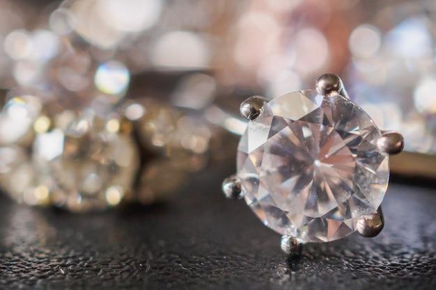 Anelli di diamanti gioielli impostati su sfondo nero da vicino