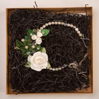 I gioielli per il collo si trovano in una scatola con trucioli