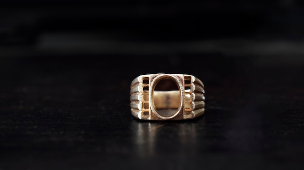 Anello di gioielli d'oro