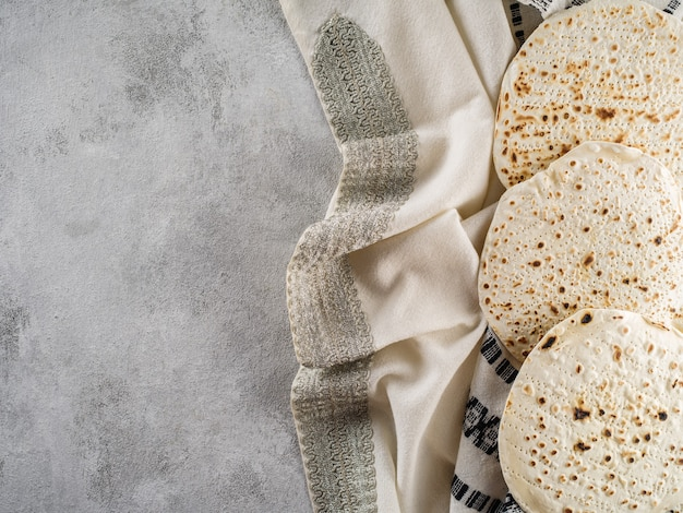 Famiglia ebrea che celebra la pasqua pane azzimo festa ebraica di pane azzimo.