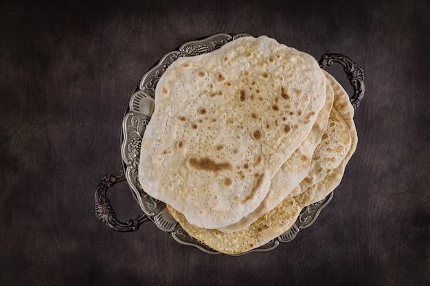 Famiglia ebrea che celebra la pasqua pane azzimo festa ebraica di pane azzimo