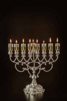 Festa ebraica delle luci simbolo di vacanza chanukkah menorah in hanukkiah sulle candele ad olio