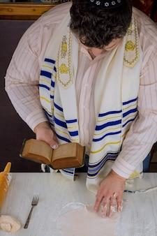 Festa ebraica di pesach con preghiera di benedizione durante la preparazione della matzah kosher