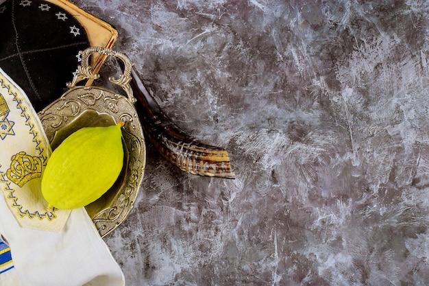 Simboli tradizionali del festival ebraico di sukkot le quattro specie in etrog, lulav, hadas, arava