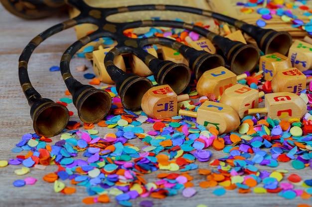 Dreidels festivi ebraici per hanukkah sul tavolo