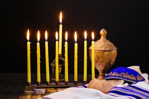 Festa ebraica hanukkah immagine chiave bassa della festa ebraica hanukkah con menorah candelabri tradizionali e trottola dreidels in legno. sovrapposizione di glitter
