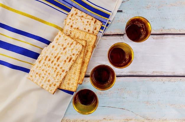 Festa ebraica hannukahb vino e pane azzimo - elementi della cena pasquale ebraica