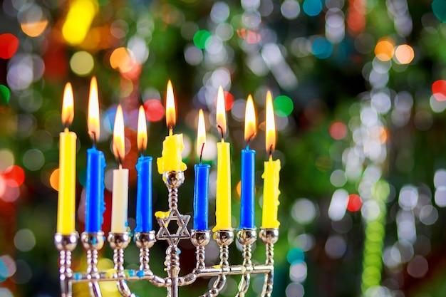 Festa ebraica hanukkah sfondo con menorah candelabri tradizionali e candele accese