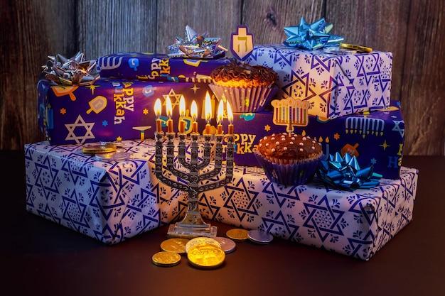 Festa ebraica hanukkah bellissime decorazioni chanukah in blu e argento con doni e dreidels e una chanukiah con nove candele chanukah per il