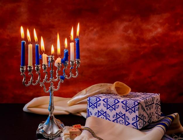 Fondo creativo di hanukkah di festa ebrea con menorah vista dall'alto con focus sulla menorah.