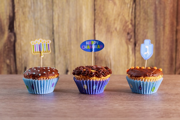 Festa ebrea tortini di hanukkah tortini gourmet decorati con glassa bianca e blu per hanukkah.