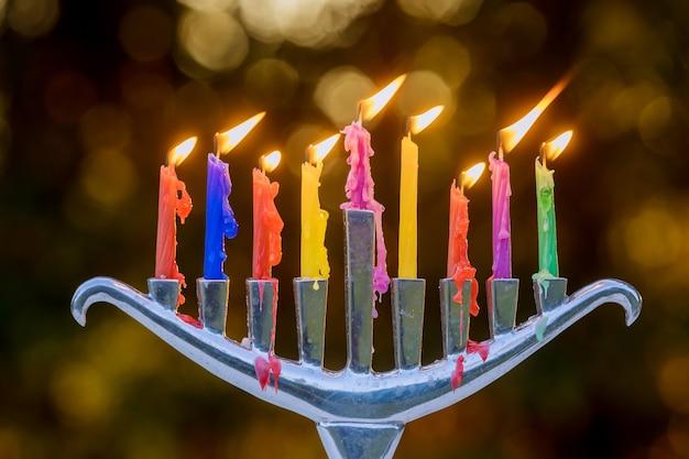 Festa ebraica hanukkah con menorah candele accese tradizionali su bokeh morbido